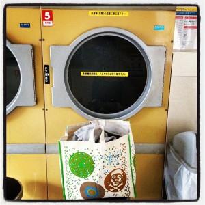 業務用だから半端ない。コインランドリーが近くにあったら、乾燥機だけでも使うべき。