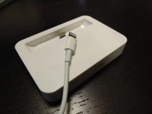 約1,000円で買えるiPhone5用のLightning Dock