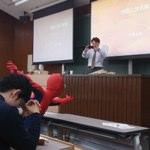 京大の授業にスパイダーマンが。教授も気になって写メってると話題