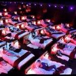 映画館にベッド?ギリシャにあるという映画館が凄いと話題