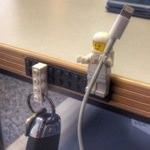 ナイスアイデア!レゴの人形はLightningケーブルホルダーにピッタリだ!