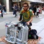 凄すぎ!塩ビパイプでハウス・テクノ・トランスを演奏するストリートパフォーマー