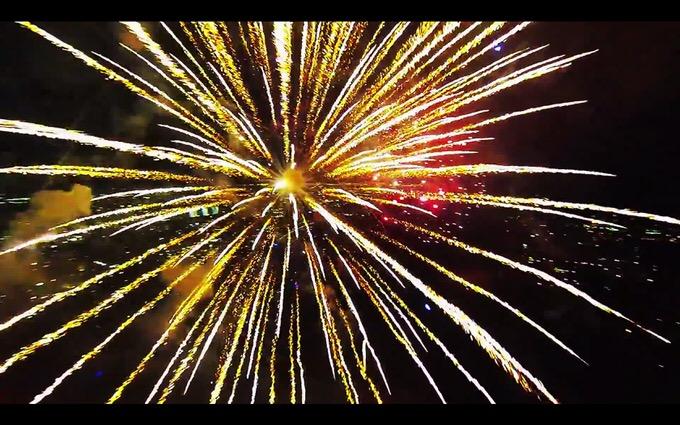 幻想的で魔法みたい!花火の中にドローンを飛ばした動画が凄い