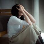 悲壮感が凄いフリー素材「思い出を供養する失恋女子」が公開