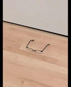 美術館の床に「メガネ」を置いてみたら、みんながアートだと思って鑑賞しはじめたと話題に