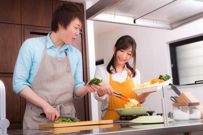 ぱくたそ、暮らしを楽しくするのは食から!「料理研究家夫妻の写真素材」をリリース