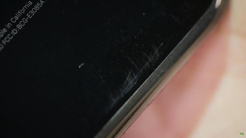 【悲報】iPhone 7(ジェットブラック)はポケットに入れただけでも傷が!?