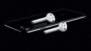 Apple、ワイヤレスイヤホン「AirPods」の発売を延期へ