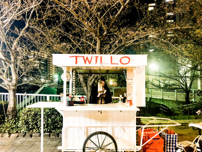 Twitterの情報を頼りに探す、深夜の都内に出没するエモすぎるバー「TWILLO」