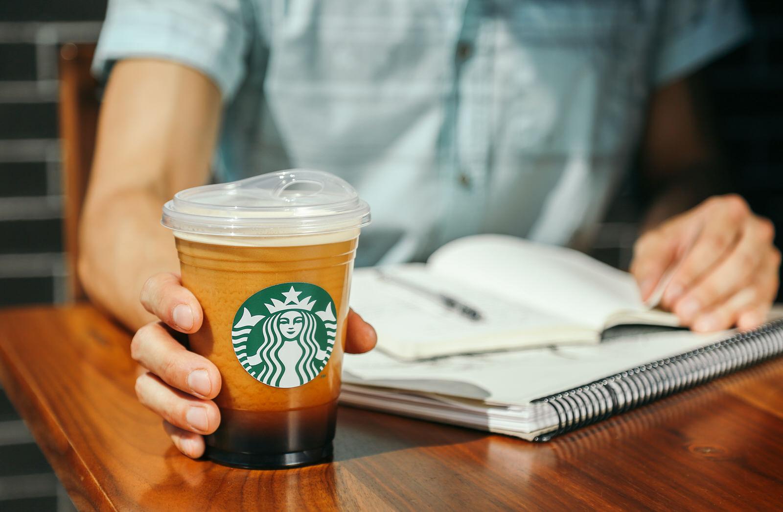 スターバックス、新しいカップを発表 2020年までに全世界の店舗からストローを廃止