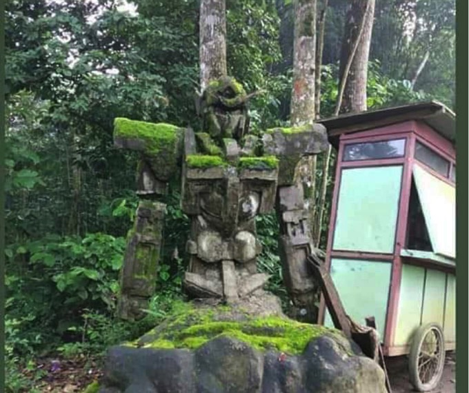 数百年前の石像かと話題になったインドネシアの「ガンダムに見える石像」、遂に詳細が明らかに