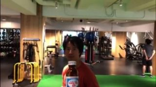 「ボトルキャップチャレンジ」#BottleCapChallenge がSNSで大流行、ケイン・コスギはリポDで参戦