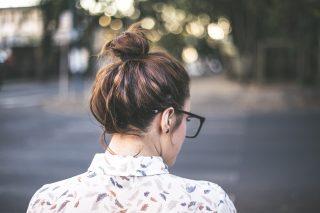 ロングヘアーの人必見「髪の中に保冷剤を入れるまとめ髪」天才的なアイデアだと話題に