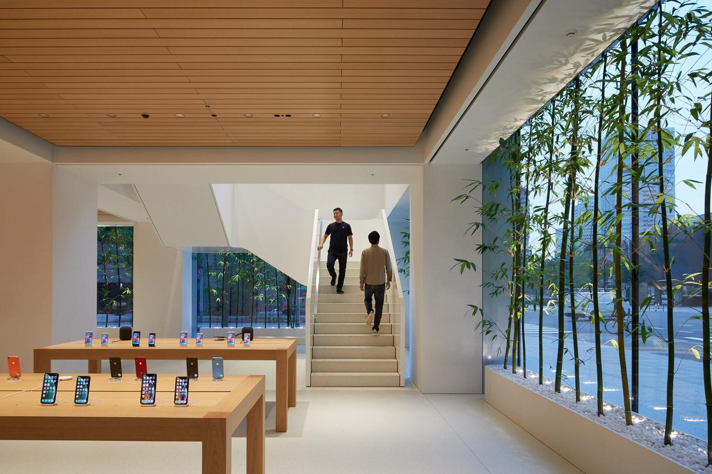 Apple-largest-store-in-Japan-opens-saturday-in-Tokyo-team-members-on-stairs-090419