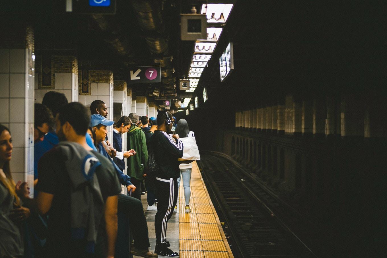 ニューヨーク市地下鉄「乗降時はAirPods操作禁止」呼びかけを検討、線路へ落下が急増