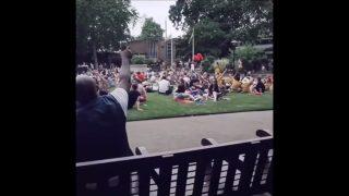 世界中で話題になったボン・ジョビおじさん、公園で歌いだしたら大合唱に発展し再び話題に